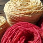 Käsityöliike Nukkerin lankavalikoimasta löytyy värien ilottelua